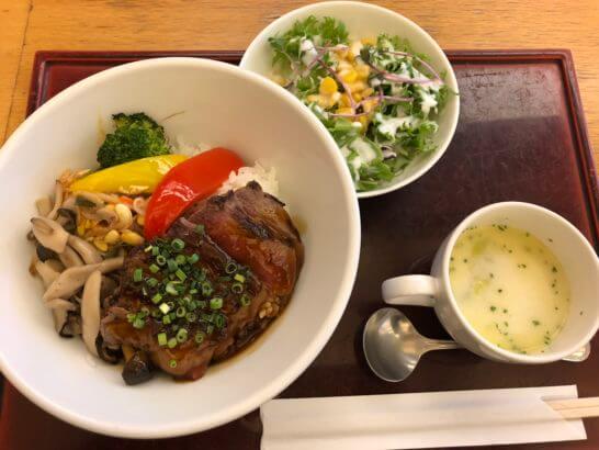 羽田空港のレストランのステーキ丼
