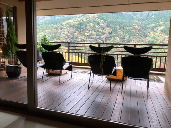 箱根吟遊のラウンジのテラス席