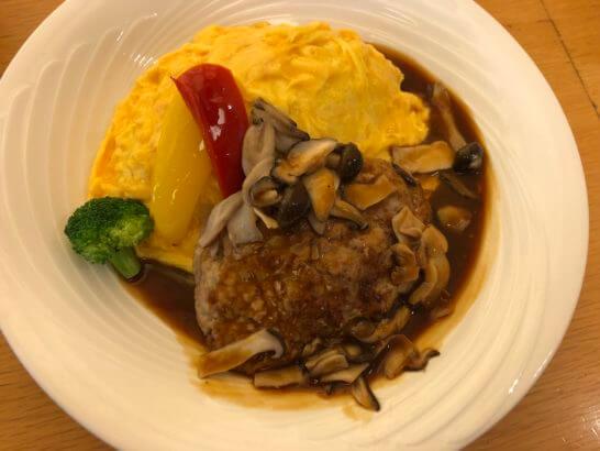 羽田空港のレストランのハンバーグオムライス