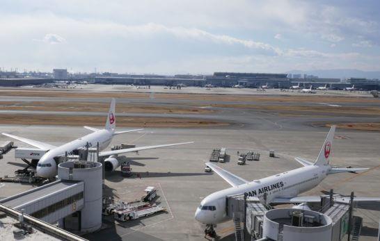 駐機する2機のJAL飛行機