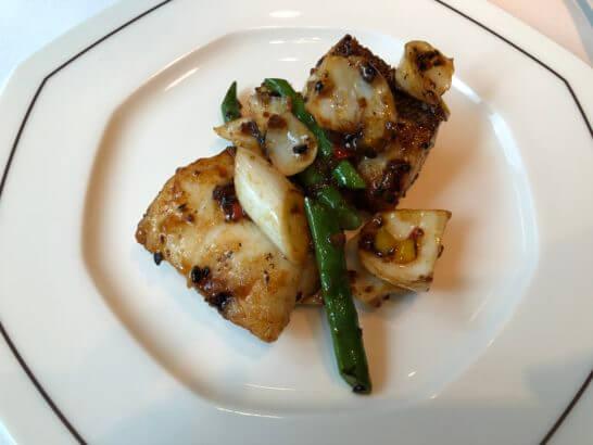 ザ・ペニンシュラ東京のヘイフンテラスの東星ハタと旬野菜の黒トリュフソース炒め