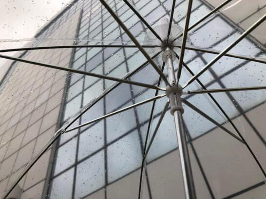 エムアイカードプラス ゴールドの特典のビニール傘で帰宅するシーン