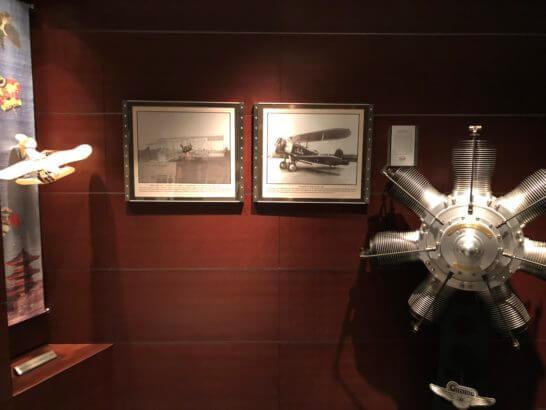ザ・ペニンシュラ東京のザ・セブンシーズ・パシフィック・アビエーションラウンジにある飛行機の絵