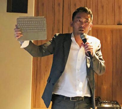 Surface Goのキーボードを持つマイクロソフト社員