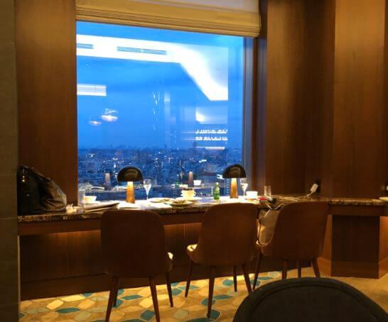 横浜ベイシェラトンホテルのクラブラウンジの窓際席