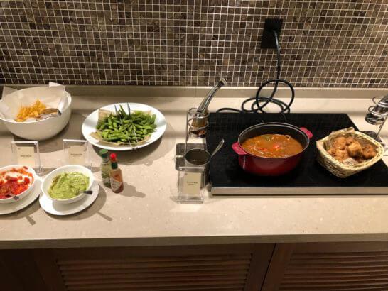 横浜ベイシェラトンホテルのクラブラウンジのビーフシチュー、ナゲット、枝豆、チップス