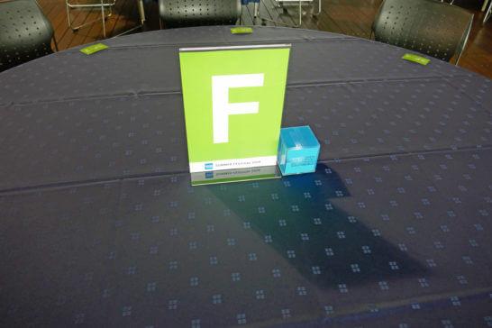 アメックスの横浜花火大会の休憩ホールのテーブル