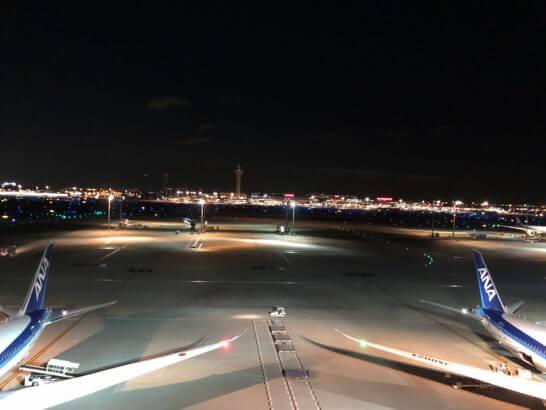 ANAの飛行機と羽田空港 国際線ターミナルの夜景