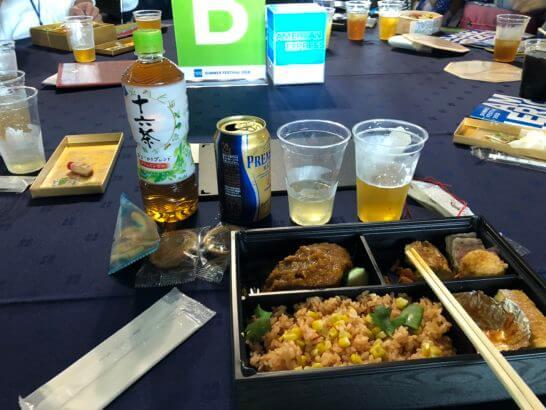 アメックスの横浜花火大会のテーブルでの食事