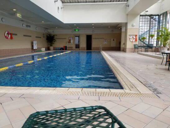 横浜ベイシェラトンホテルの長いプール