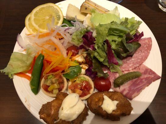 横浜ベイシェラトンホテルのクラブラウンジのカクテルタイムの食事(コールドミール)