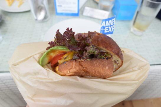 アメックスの海の家「AMEX BLUE HOUSE」のハンバーガー