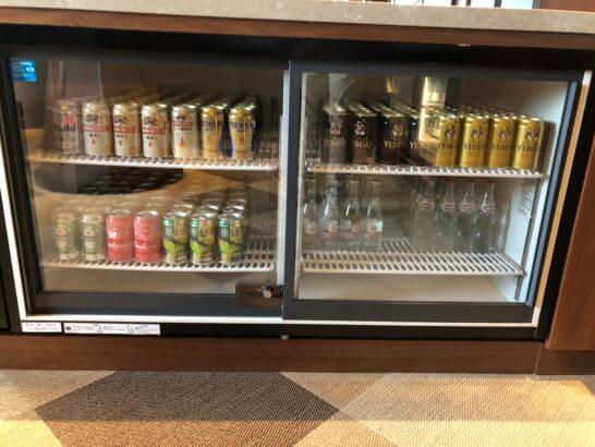 横浜ベイシェラトンのクラブラウンジのビール類が入った冷蔵庫