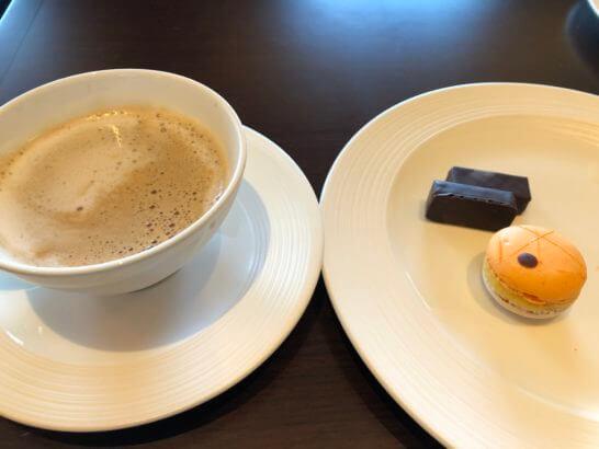 横浜シェラトンのクラブラウンジのマカロン・チョコ・カプチーノ