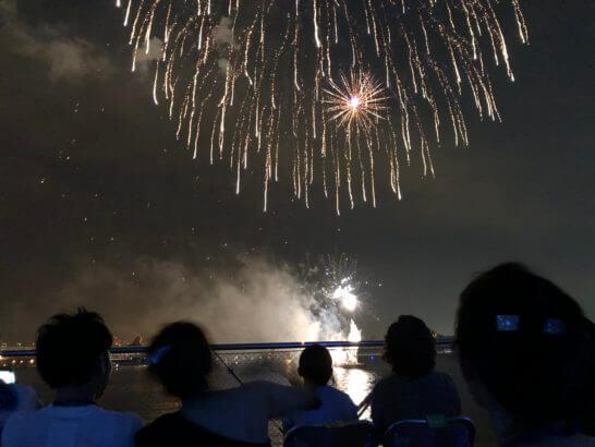 アメックスの横浜花火大会の花火と観客