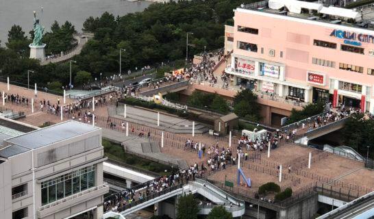 アメックスの東京花火大祭会場のグランドニッコー東京台場から見下ろすお台場海浜公園周辺
