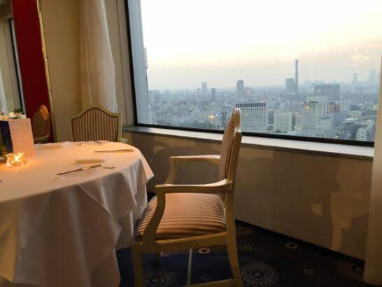 ホテルニューオータニのベッラ・ヴィスタのテーブルから見る夕焼け