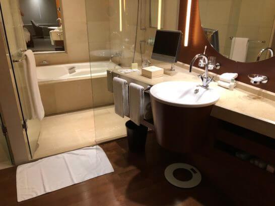 グランドハイアット東京のターンダウン後の洗面台・バスルーム(デラックス)