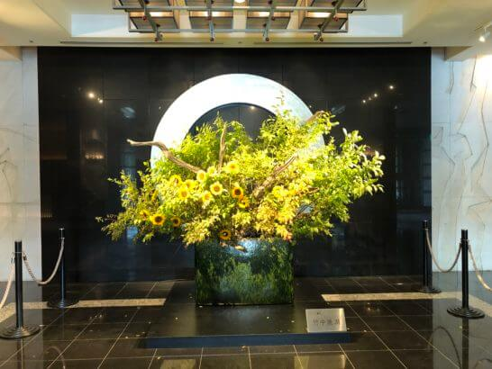 ホテルニューオータニの入り口の花