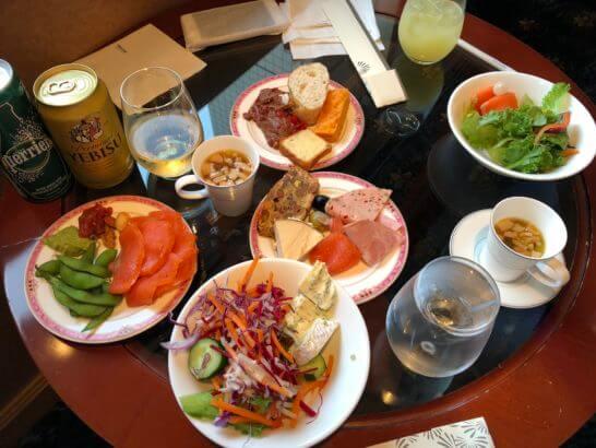 ウェスティンホテル東京のエグゼクティブ・ラウンジのカクテルタイムの食事