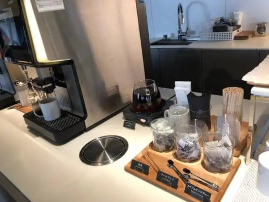 羽田空港のパワーラウンジ ノースのコーヒーマシン・お茶類