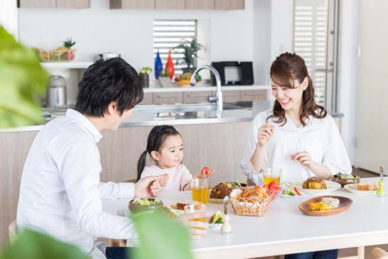 住宅で幸せに過ごす家族