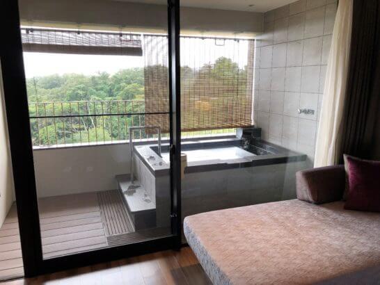 伊豆マリオットホテル修善寺の客室露天風呂とソファー
