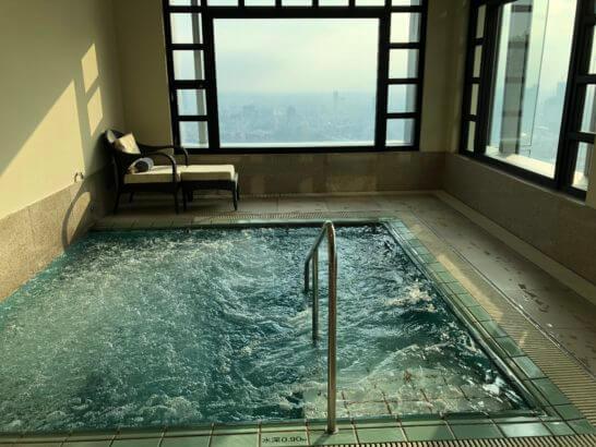 ザ・リッツ・カールトン東京のプールサイドのジャグジー