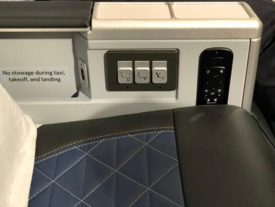 リクライニング・フットレスト・レッグレストのスイッチ、ヘッドフォンの音量調整ボタン