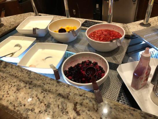 コンパスの朝食のヨーグルト、マンゴー、ベリー