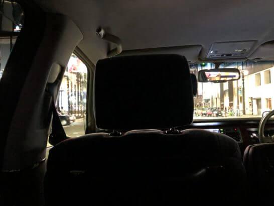 ラグジュアリーリムジンの車内