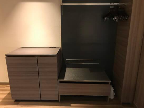 伊豆マリオットホテル修善寺の和洋室の冷蔵庫・食器棚・ハンガー