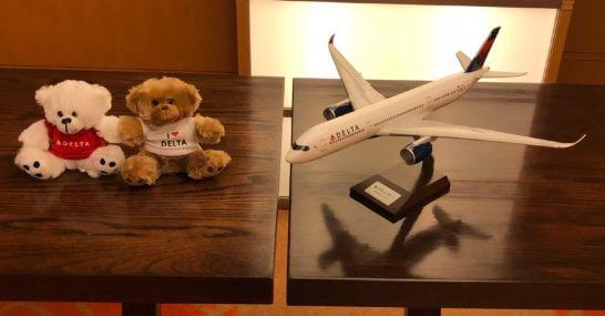 デルタ航空のぬいぐるみと航空機の模型
