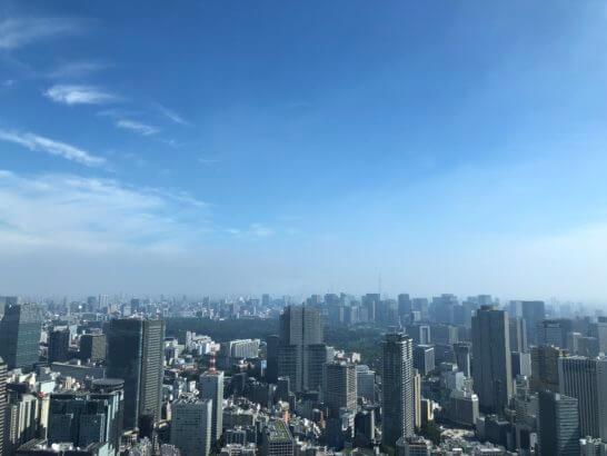 ザ・リッツ・カールトン東京の客室からの青空(朝)