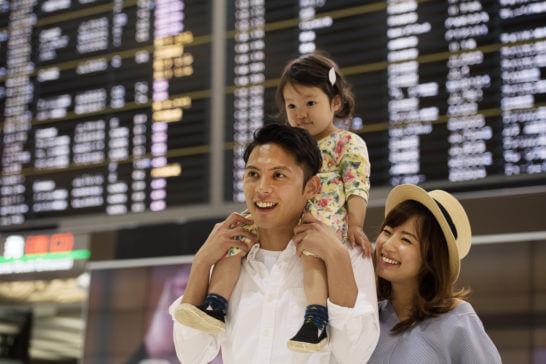 空港で楽しく過ごす家族