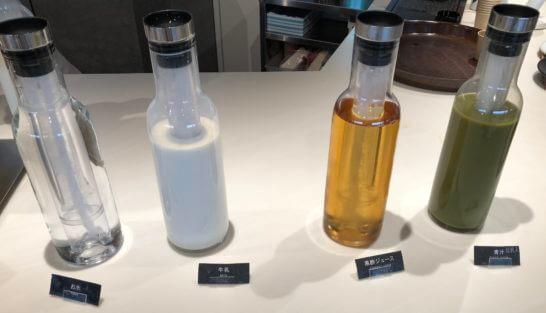 羽田空港のパワーラウンジ ノースの水・牛乳・黒酢ジュース・豆乳入り青汁