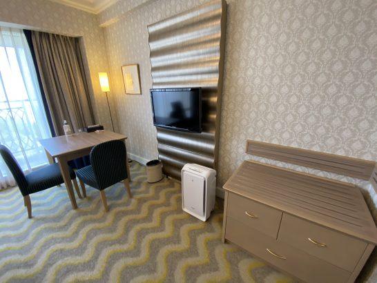 ホテルオークラ東京ベイのスーペリアツインの荷物置き・テレビ・デスク