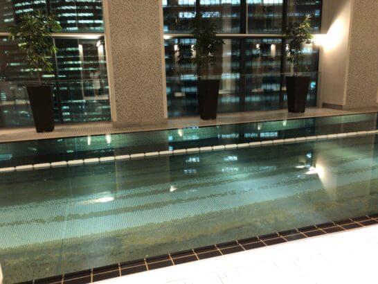 コンラッド東京の夜のプール