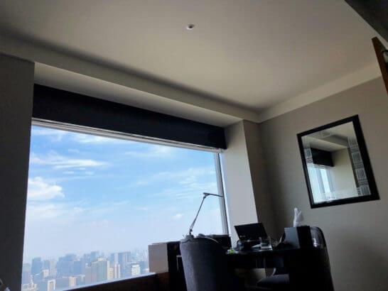 リッツカールトン東京のベッドからの眺め(窓と作業デスク)