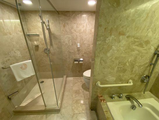 ホテルオークラ東京ベイのスーペリアツインのシャワー・トイレ