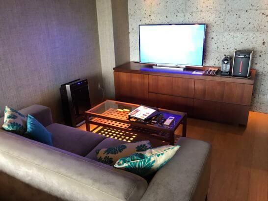 熱海せかいえのソファー・テレビ