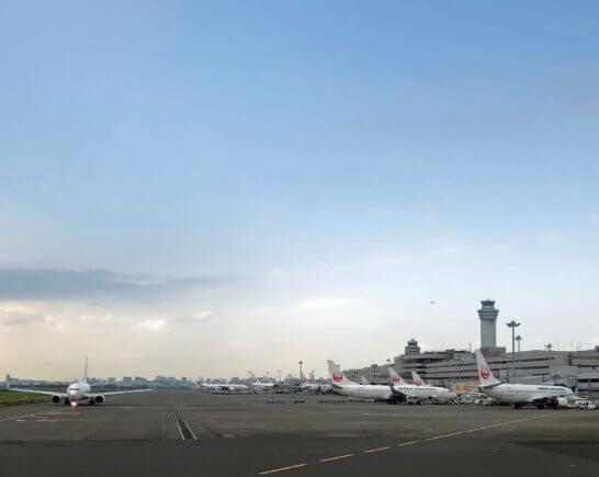 羽田空港に駐機するJALの飛行機