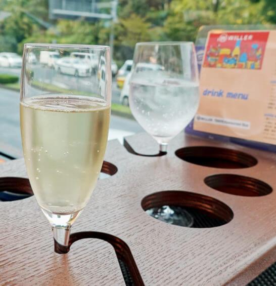 東京レストランバスのスパークリングワインと炭酸水