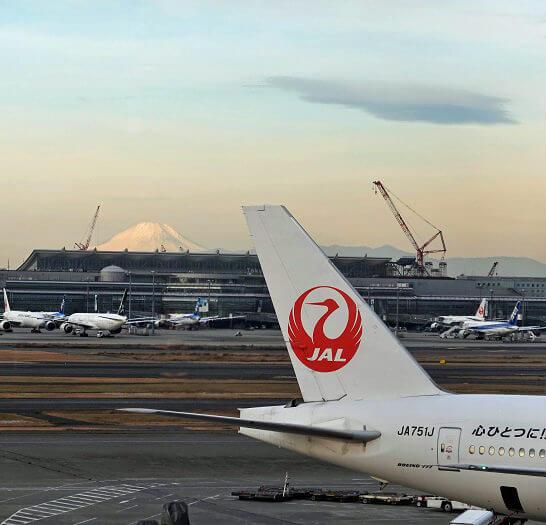 JALの飛行機と富士山