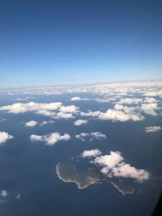 飛行機の機中からの青空と海・島