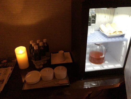 ザ・リッツ・カールトン東京のスパのリラックスルームの水・お茶・ナッツ・ドライフルーツ