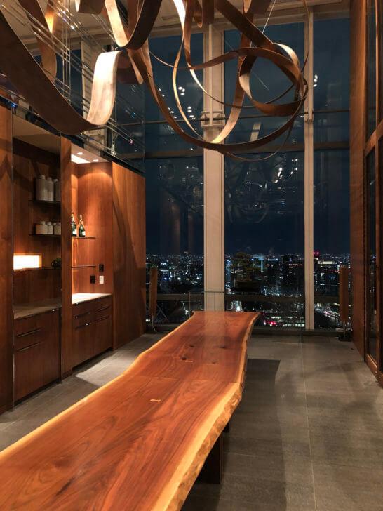 「ザ ラヴァン グリル&ラウンジ」のキッチンテーブルの室内