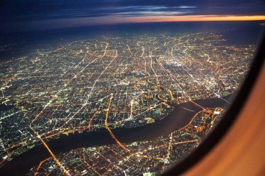 飛行機の機中からの夜景
