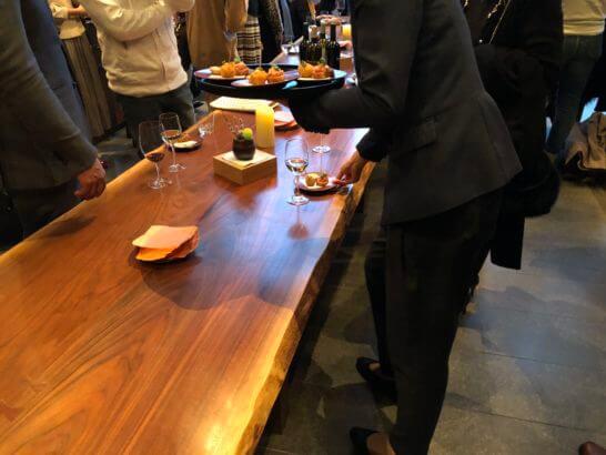 ラグジュアリーソーシャルアワー(アンダーズ東京)のフィンガーフードを配るスタッフ