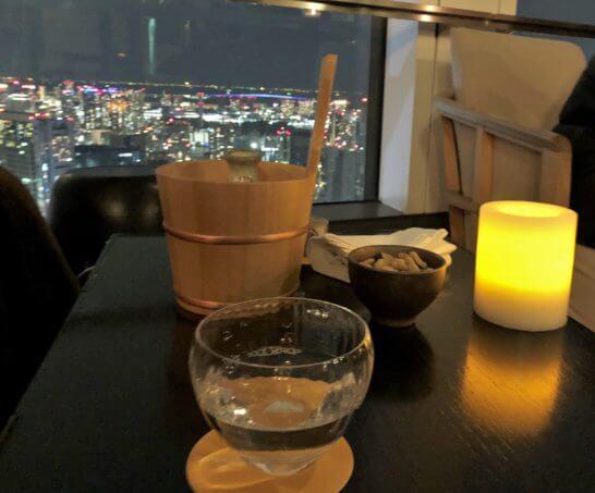 アンダーズ東京のルーフトップバーの日本酒とSAKEカクテル、キャンドルと夜景